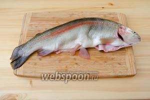 Теперь можно заняться рыбкой. Её необходимо очистить от чешуи, выпотрошить и удалить жабры. Моя форелька оказалась ещё и с приятным сюрпризом, в виде 200 граммов красной икры.