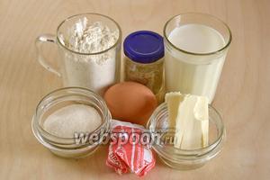Подготовьте необходимые ингредиенты для теста: пшеничную муку высшего сорта, сахар, дрожжи, яйцо, сливочное масло, молоко, ванильный сахар и соль.