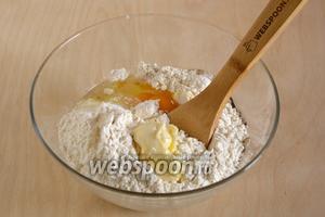 Когда на поверхности появится пенка, просейте сверху муку с солью, добавьте яйцо и размягчённое масло.