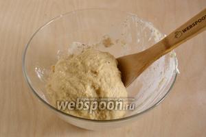 Замесите мягкое тесто, оно должно быть слегка липким, но при этот отставать от рук.
