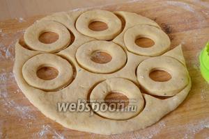 Подошедшее тесто раскатайте в пласт толщиной около 0,5-0,6 мм. Вырежьте формочкой заготовки для пончиков. Дайте тесту ещё раз подойти.