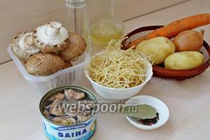 Приготовим ингредиенты для супа: грибы, картофель, лук, морковь, лапша, сайра, специи, масло для жарки и зелень.