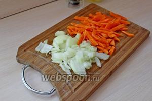 Нарезать лук и морковь. Лук — кубиком, морковь — тонкими брусочками.