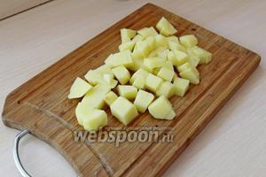 Картофель очистить и нарезать кубиком, опустить в кипящую 1,5 л воду и варить 10 минут.