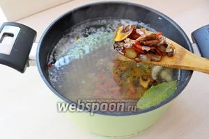 Добавить обжаренные овощи и варить ещё 3-5 минуты.