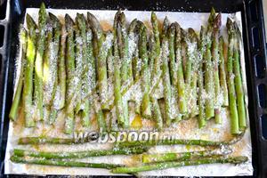 Присыпьте стебли спаржи панировочными сухарями и тёртым пармезаном. Сбрызните все оливковым маслом (3-4 столовые ложки).