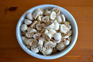 Тем временем подготовить грибы; очистить и нарезать покрупнее.
