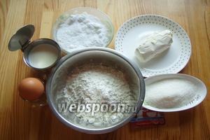 Для теста нам понадобится мука, дрожжи сухие, соль, сахар, молоко, маргарин, яйцо и какао.