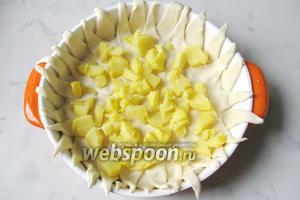 Картофель отварить или испечь. Охладить, почистить и нарезать произвольно. Выложить на дно пирога.