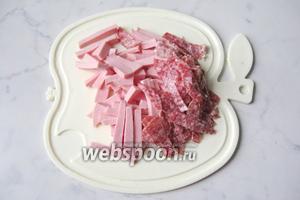 Вареную и сырокопчёную колбасу нарезать соломкой.