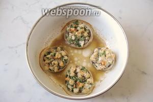 Запекать грибы в духовке при температуре 180°С 15-20 минут.