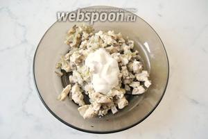 Затем смесь из грудки, лука и грибных ножек переложить в тарелку и добавить сметану.