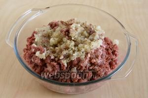 Пропустите мясо через мясорубку, лучше если мясо будет немного подмороженным, так из него не будет выходить сок. Следом пропустите через мясорубку очищенные и порезанные луковицы. Добавьте соль и перец!
