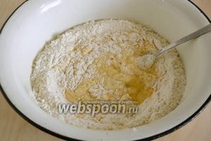 Просейте в миску муку, сделайте углубление посредине. Добавьте туда яйца, соль и воду. Начинайте замешивать тесто, сначала вилкой по кругу, затем руками.