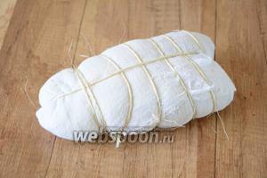 Хорошо заворачиваем куриную грудку в марлю, чтобы не было зазоров. И перевязываем ниткой либо шнуром.
