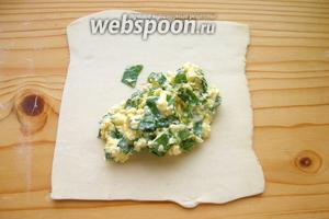 Тесто нарезаем на квадраты (или что-то похожее по форме, как тут у меня на фото))). Выкладываем начинку, примерно по 1 ст. л.