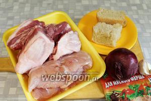 Для котлет взять жирноватую свинину, куриную грудку, сухой белый хлеб, лук, чеснок, пряности, панировочные сухари, масло, соль.