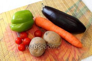 Для приготовления нам понадобятся картофель, морковь, баклажан, сладкий перец, помидоры, вода горячая, сметана, соль и специи.