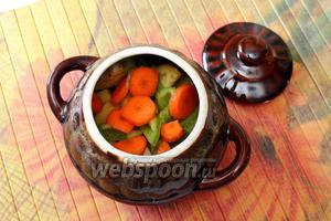 Морковь нарезаем кружочками. Очищенный от семян перец нарезаем небольшими брусочками.