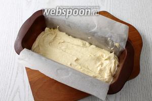 Форму застилаем бумагой для выпечки или смазываем маслом. Выкладываем тесто.
