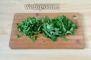 Зелень шпината и черемши промываем и просушиваем. Режем мелко листочки шпината и веточки черемши вместе со стебельками.