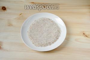 В отдельной тарелке смешиваем панировочные сухари и кунжут.