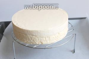 Достаем тортик. Ставим на решётку. Затем на лист с бумагой. Подготовим всё. Нам нужно будет ещё спатула или специальная пластина снимать торт.