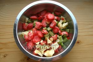 Смешиваем клубнику, ревень, яблоко и сахар.
