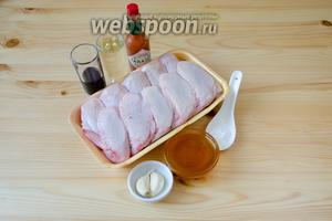Для куриных крылышек в соусе терияки нам понадобятся куриные крылья, соевый соус, сухое белое вино, мёд, чеснок, крахмал и соус табаско для пикантности.