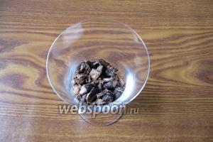 На дно бокала или стакана выложить немного измельченного печенья.