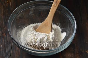 Соединить просеянную муку, разрыхлитель, соль, перец.