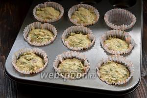 Выложить тесто порционно в формы для выпечки маффинов. Получилось 8 порций