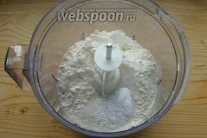 Смешиваем муку, соль, сахар (немного оставляем для посыпки), разрыхлитель.