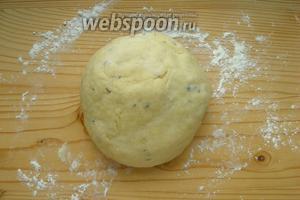 Выкладываем тесто на присыпанную мукой поверхность. Тесто не должно прилипать к рукам. Если что, добавьте ещё немного муки.