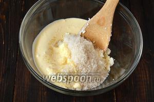Добавить к творогу сахар и 50-70 мл сливок. Хорошо растереть. Оставить на 5 минут для растворения сахара.