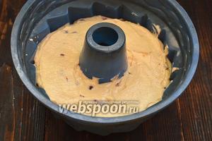 Выложить тесто в кексовую форму с отверстием посредине.