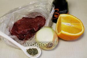 Для шашлыка взять куриную печёнку, апельсин, лук, соевый соус, орегано, соль, масло.