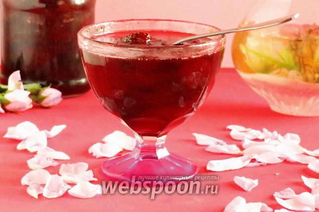 Фото Варенье клубничное с лепестками роз