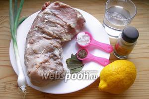 Нужна свинина, лимон, вода, тмин, лавровый лист, соль, перец, лук зелёный.