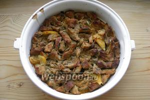 Возвращаем мясо в духовку ещё на 10 минут, но уже ставим режим «гриль», чтобы мясо подрумянилось. Всё готово!