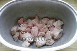 Мясо нарезаем небольшими кусками и складываем в жаропрочную посуду.