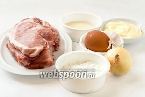 Для приготовления котлет нам понадобится мякоть свинины, картофельный или кукурузный крахмал, манная крупа, майонез, яйцо, лук, чеснок, соль и перец, масло подсолнечное для жарки.