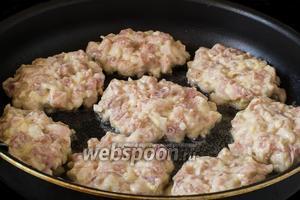 Выкладываем массу ложкой в сковороду с разогретым подсолнечным маслом, формируя котлетки.
