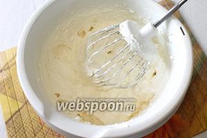 Творог тщательно перемешиваем с желтками и сахаром. Яичные белки пока ставим в холодильник.