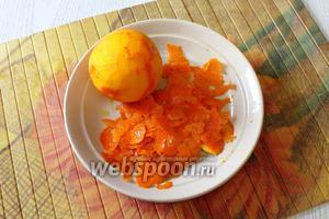 Пока запекается наша запеканка, подготовим апельсиновый слой. Апельсины промываем, с 4 апельсинов снимаем цедру, с 1 выжимаем сок.