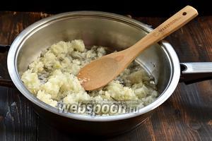 2/3 части лука протушить на сковороде с частью подсолнечного масла.