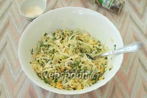 Добавить в салат по вкусу соль и перец, перемешать. Салат готов к употреблению. Приятного аппетита!