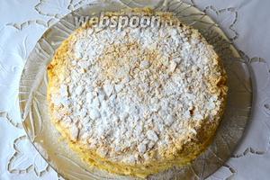 Осталось поломать 1 из оставленных коржей руками на маленькие кусочки и обсыпать им торт со всех сторон. Дать тортику постоять 2 часа при комнатной температуре, а затем убрать его на ночь в холодильник. Перед подачей можно присыпать верх Наполеона, немного, сахарной пудрой.