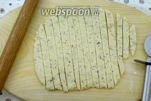 Готовый клубочек раскатайте в тонкий пласт. С помощью острого ножа, можете использовать нож для нарезки пиццы, разрежьте пласт на тонкие полоски, шириной, примерно, 0,5-1 см.