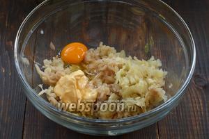 К рыбе добавить яйцо, сливки.
